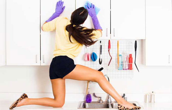 Donna-pulisce-casa