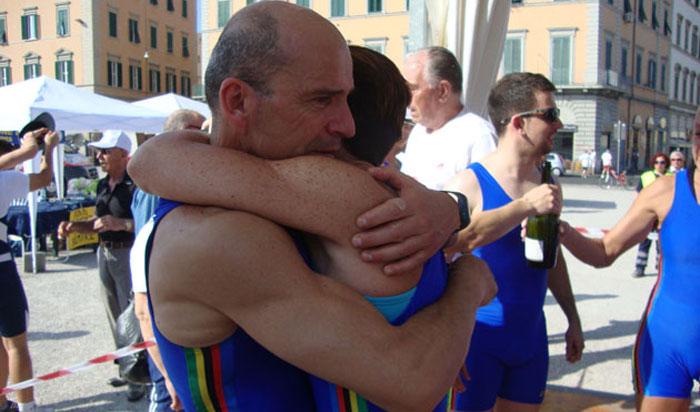 L'abbraccio liberatorio di Antonello Cantera con una compagna d'avventura