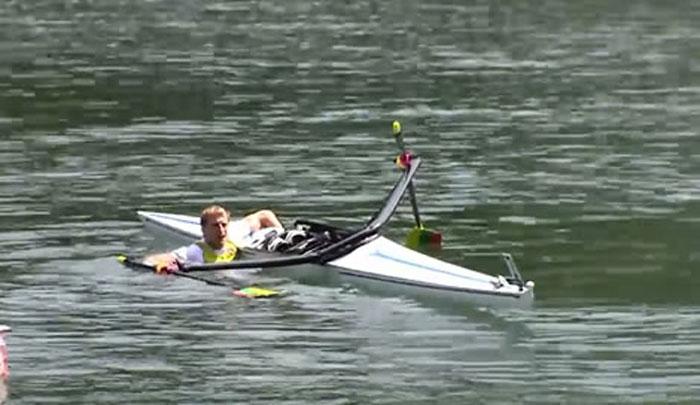 Il campione lituano Mindaugas Griskonis dopo la caduta in acqua ai Mondiali 2014