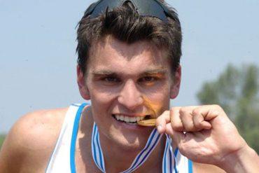 Valerio Massimo stringe tra i denti la sua medaglia d'oro ai Mondiali del 2004