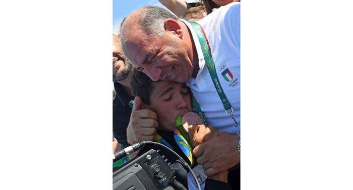 Il Presidente Giuseppe Abbagnale abbraccia Giovanni Abagnale