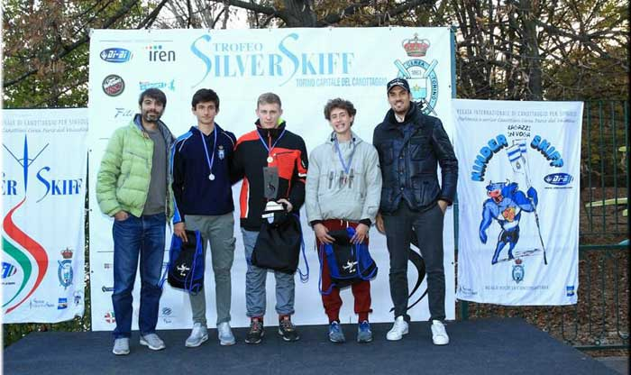 Peppe Lamanna, ultimo classificato, premia i vincitori della categoria ragazzi insieme a Peppe Vicino